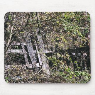 Granero Overgrown cerca del río del remache en el  Alfombrillas De Raton