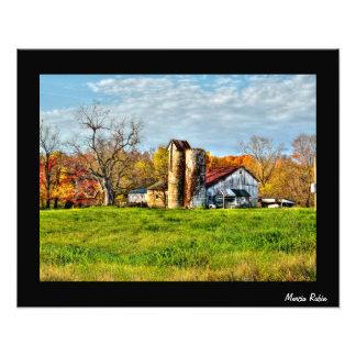 Granero resistido en otoño fotografía