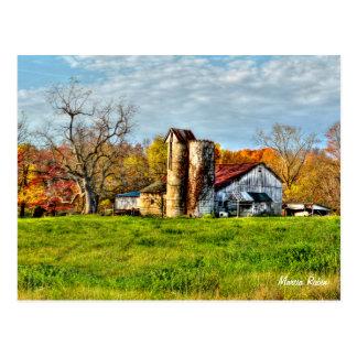 Granero resistido en otoño postales