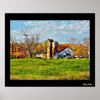 Granero resistido en otoño póster