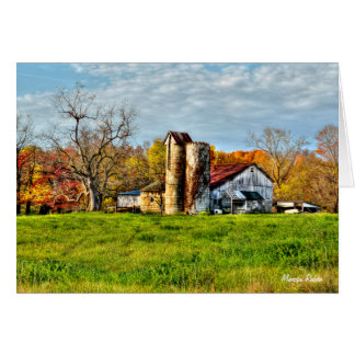 Granero resistido en otoño tarjeta pequeña