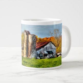 Granero resistido en otoño taza de café gigante