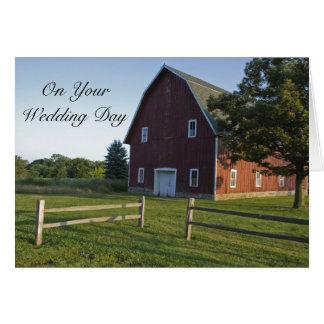Granero rojo con boda de la cerca segunda tarjetón