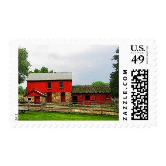 Granero rojo con la cerca sello