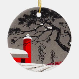 Granero rojo del invierno y árbol negro nevado de ornamento para reyes magos