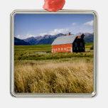 Granero rojo en campo cerca de José, Oregon, los E Adornos De Navidad