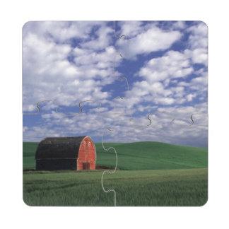 Granero rojo en campo del trigo y de la cebada en  posavasos de puzzle