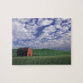 Granero rojo en campo del trigo y de la cebada en  puzzles