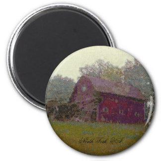 Granero rojo en la colina imán redondo 5 cm