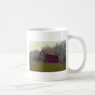 Granero rojo en la colina taza clásica