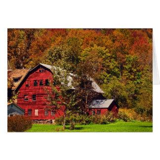 Granero rojo en otoño tarjeta de felicitación
