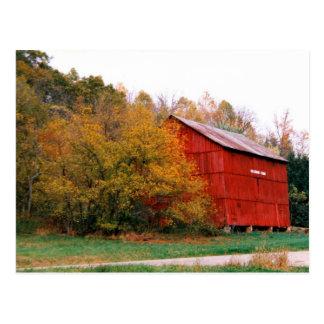 Granero rojo en postal de la caída