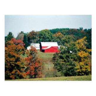 Granero rojo en postal del otoño