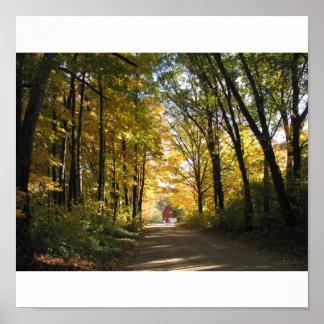 Granero rojo en una carretera nacional del otoño póster