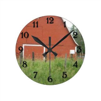Granero rojo reloj redondo mediano