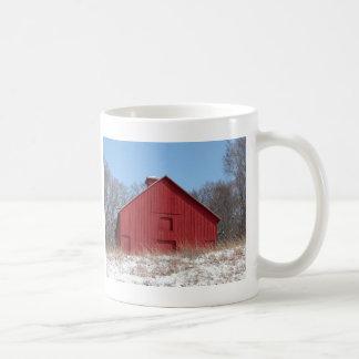 Granero rojo taza básica blanca