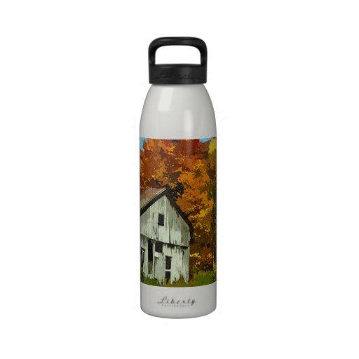 Granero rural del otoño colorido botella de beber