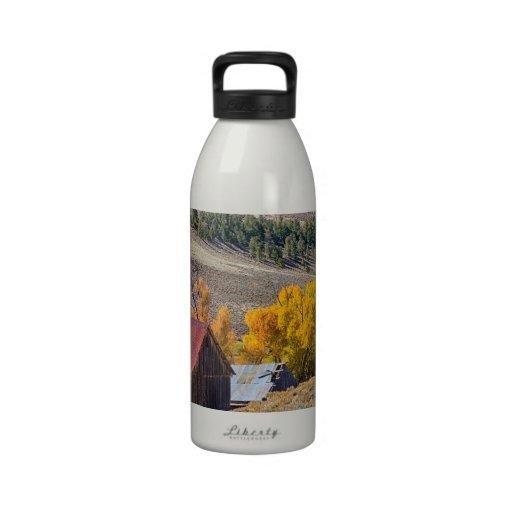 Granero rural rústico de Colorado con colores del  Botella De Agua Reutilizable