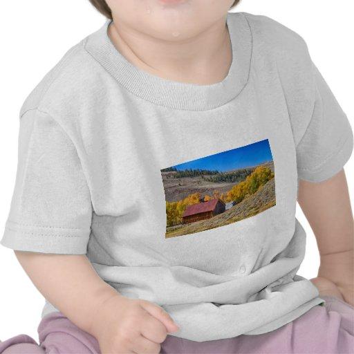 Granero rural rústico de Colorado con colores del  Camisetas