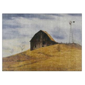 Granero viejo con el molino de viento tablas de cortar
