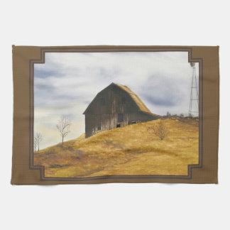 Granero viejo con el molino de viento toalla de cocina