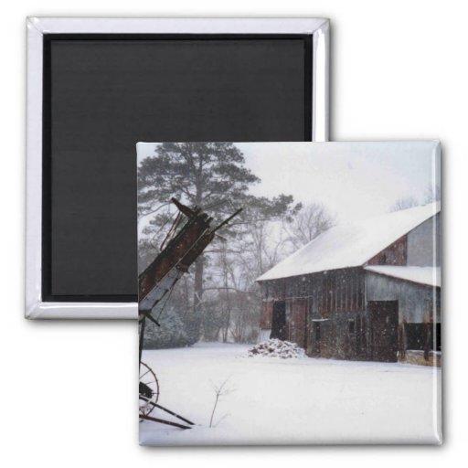 Granero viejo en la foto rural del invierno de la  imán cuadrado