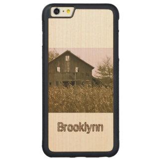 Granero viejo en un campo de maíz de oro funda para iPhone 6 plus de carved® de nogal