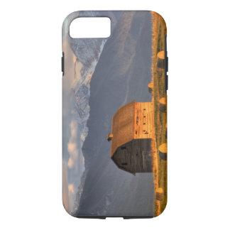 Granero viejo enmarcado por las balas de heno y funda iPhone 7