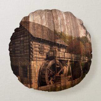 Granero viejo rústico con la rueda de agua cojín redondo