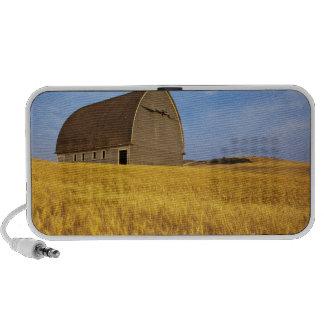Granero viejo rústico en campo de trigo maduro en  notebook altavoz