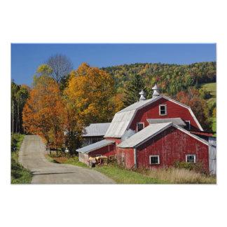 Granero y camino rurales clásicos, montaña blanca foto