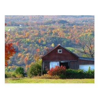 Granero y colinas del otoño postal