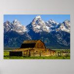 Granero y montañas mormones de la fila poster
