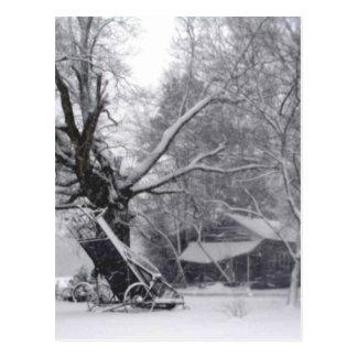 Granero y roble viejos en foto rural de la nieve tarjetas postales