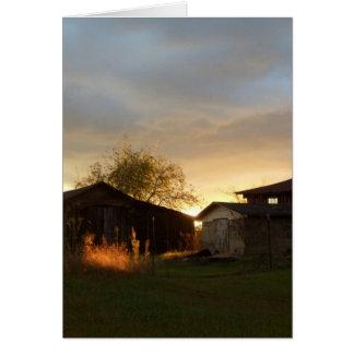 Graneros en la luz del sol de la tarde tarjeta de felicitación
