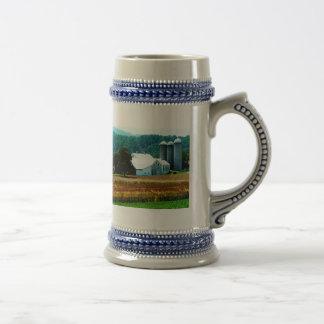 Granja con los silos blancos taza de café