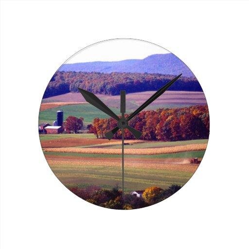 Granja de Pennsylvania en otoño Reloj Redondo Mediano