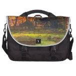 Granja del otoño con la grada bolsas de portatil