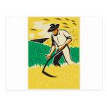 Granjero con la guadaña que cosecha la cosecha ret postal