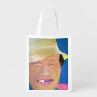 Granjero coreano sonriente bolsa de la compra