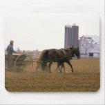 Granjero de Amish que usa un plantador traído por  Tapete De Ratón
