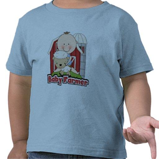 Granjero de bebé con las camisetas y los regalos