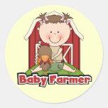 Granjero de bebé con las camisetas y los regalos d pegatinas redondas