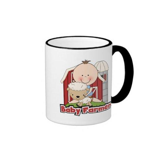 Granjero de bebé con las camisetas y los regalos d tazas