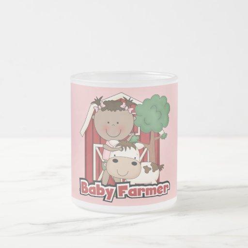 Granjero de bebé con las camisetas y los regalos d taza