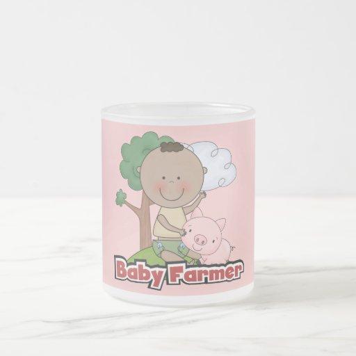 Granjero de bebé con las camisetas y los regalos d tazas de café