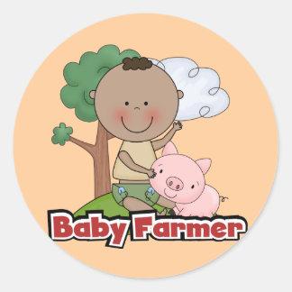 Granjero de bebé con las camisetas y los regalos pegatina redonda