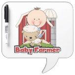 Granjero de bebé con las ovejas tableros blancos