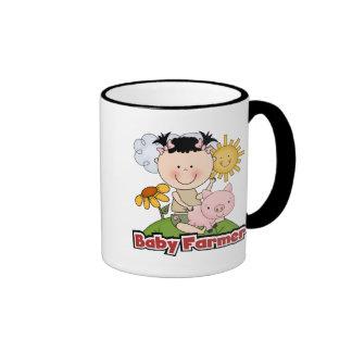 Granjero de la niña con las camisetas y los regalo taza