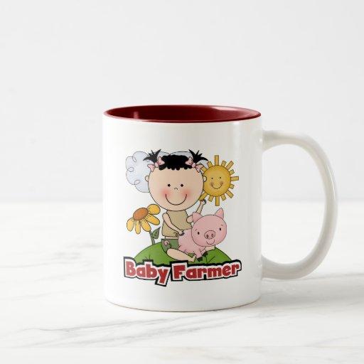 Granjero de la niña con las camisetas y los regalo taza de café